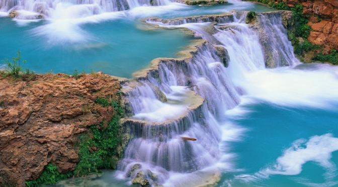 Cascadas de Agua Azul amuralladas por la selva en Chiapas